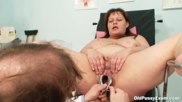 He looks inside her pussy using a speculum