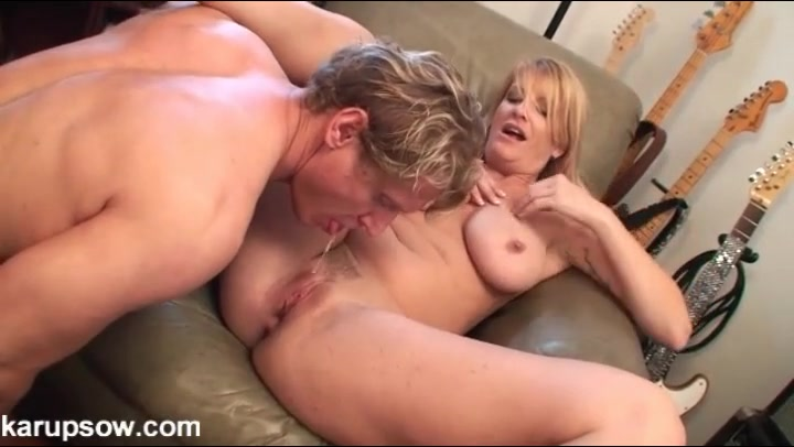 His milf booty call shows up for cunt licking
